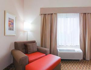 A bed or beds in a room at Holiday Inn Express Orlando-Ocoee East, an IHG Hotel