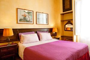 A bed or beds in a room at Poggio Imperiale Apartments