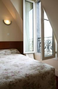 A bed or beds in a room at Grand Hôtel De L'Europe