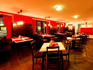 A restaurant or other place to eat at DORMERO Hotel Kelheim
