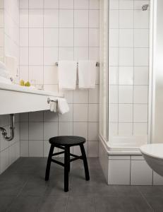 A bathroom at 22 Hill Hotel