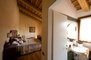 A bed or beds in a room at Locanda Il Fagiano