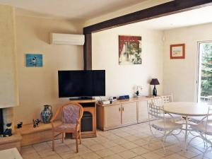 Een TV en/of entertainmentcenter bij Holiday Home La Maison du Verger