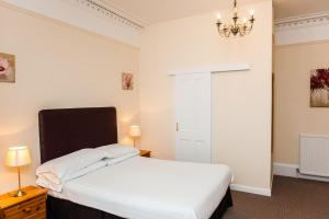A bed or beds in a room at Ardross Glencairn