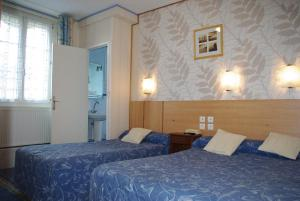 A bed or beds in a room at Hotel Du Parc