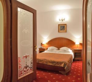 Кровать или кровати в номере Hotel Emma West
