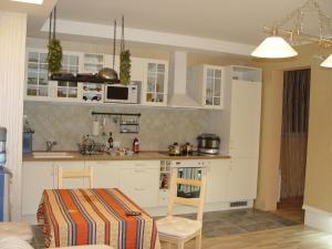 Кухня или мини-кухня в Апартаменты на Клубничной