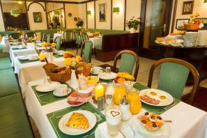 A restaurant or other place to eat at Hotel Brack