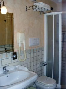 A bathroom at Hotel Clarean