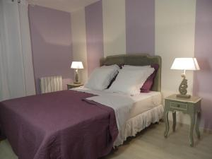 A bed or beds in a room at Le Logis De Saint-Martin
