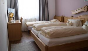 A bed or beds in a room at Hotel Schweizer Haus