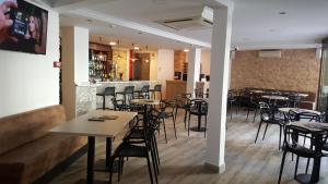 A restaurant or other place to eat at Hotel Queens - Adults Only By Mc