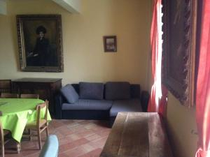 A seating area at Appartement Guy
