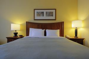 A bed or beds in a room at Country Inn & Suites by Radisson, Orangeburg, SC