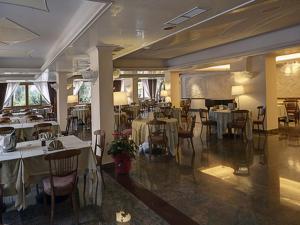 Ein Restaurant oder anderes Speiselokal in der Unterkunft Hotel Apeneste