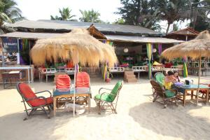 A restaurant or other place to eat at Om Shanti Patnem
