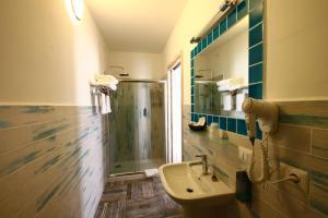 A bathroom at Hotel Muita di Mari