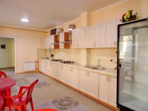 Кухня или мини-кухня в Гостевой Дом Радуга