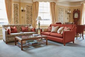 A seating area at Royal York & Faulkner Hotel