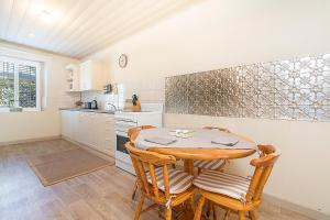 A kitchen or kitchenette at Stoneleigh Cottage Bed and Breakfast