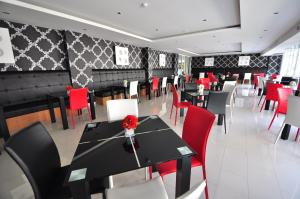 A restaurant or other place to eat at Tanzeno Hotel Nongkhai