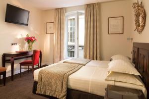 A bed or beds in a room at Hôtel Delavigne
