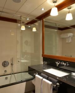 A bathroom at Hotel 1898
