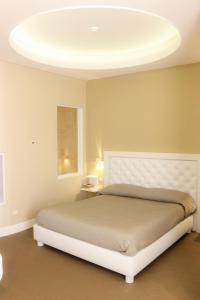 A bed or beds in a room at Hotel degli Amici