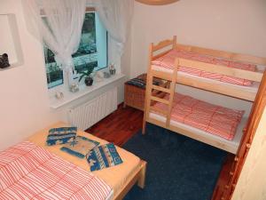 Łóżko lub łóżka piętrowe w pokoju w obiekcie Apartament Nadmorski Orłowo