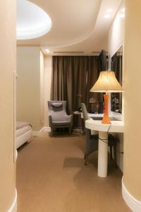 A seating area at Hotel degli Amici
