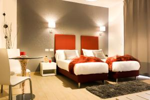 A bed or beds in a room at Hotel Rossovino Como