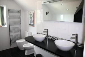 A bathroom at B&B Dorwyn Manor
