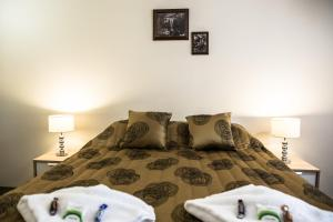 A bed or beds in a room at Tall Trees Motel Mountain Retreat