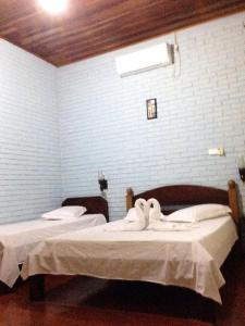 A bed or beds in a room at Hotel Caracol