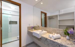 A bathroom at Atlântida Park Hotel