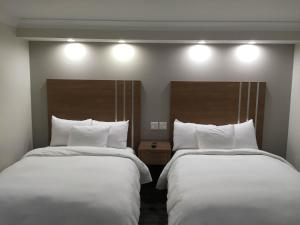 A bed or beds in a room at Greenwich Inn