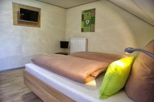 Ein Bett oder Betten in einem Zimmer der Unterkunft Landgasthof zum Hirschen