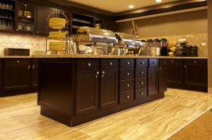 A kitchen or kitchenette at Homewood Suites by Hilton Coralville - Iowa River Landing