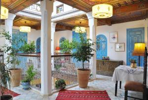 Un restaurante o sitio para comer en Riad Cherifa