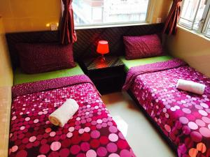 A bed or beds in a room at Hong Kong Inn
