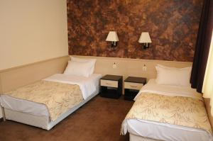 A bed or beds in a room at Hotel Balkan