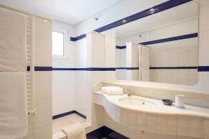 Salle de bains dans l'établissement Villa Llenaire - La Goleta Villas