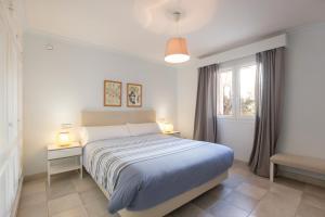 Un ou plusieurs lits dans un hébergement de l'établissement Villa Llenaire - La Goleta Villas