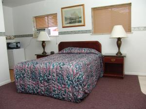 A bed or beds in a room at Springs Inn