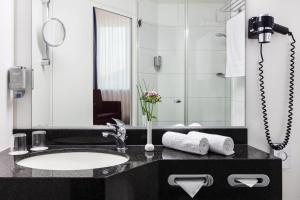 A bathroom at IntercityHotel Freiburg