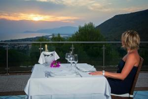 A restaurant or other place to eat at Moresco Park Hotel