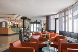 The lounge or bar area at IntercityHotel Freiburg