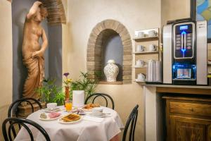 A restaurant or other place to eat at Hotel Collodi Firenze