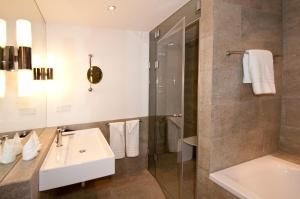 Ein Badezimmer in der Unterkunft Alpenvilla Berchtesgaden Hotel Garni