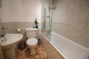 A bathroom at Prestige Apartments The City Monument